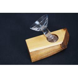 Kryształowy kielich w drewnie